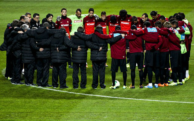 (Video) Portugal squad hold minute's silence for refugee crisis at training camp