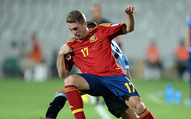 epa03778664 Spanish player Gerard Deulofeu (R) vies for the ball with Uruguay's player Leonardo Pais (back) during the quarter final match of the FIFA Under 20 World Cup 2013 between Uruguay and Spain at the Ataturk Stadium in Bursa, Turkey, 06 July 2013 .  EPA/GEORGI LICOVSKI