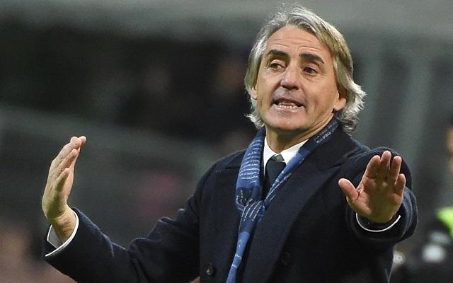 epaselect epa05172949 Inter's head coach Roberto Mancini gives instructions during the Italian Serie A soccer match Fc Internazionale vs Uc Sampdoria at the Giuseppe Meazza stadium in Milan, Italy, 20 February 2016.  EPA/DANIEL DAL ZENNARO